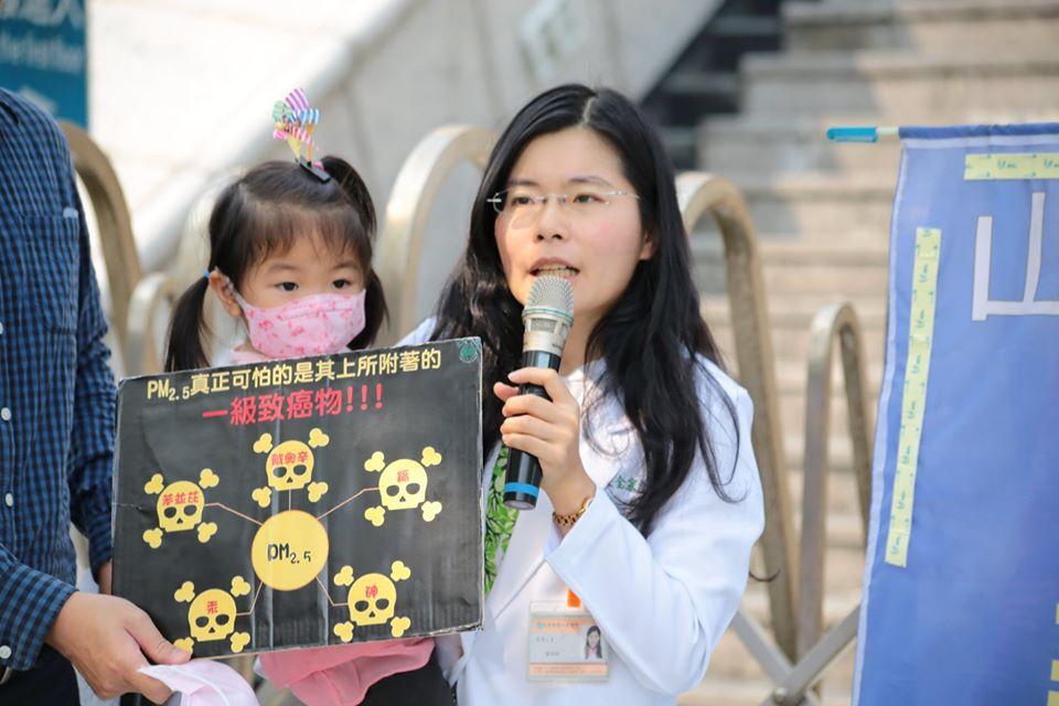 大肚山改善空污協會賴怡均醫師表示,今天的判決是一個好的開始,讓臺中市政府環保局能夠重新詳加審查中龍鋼鐵的廢棄物增量的狀況。(照片來源:廖家瑞)