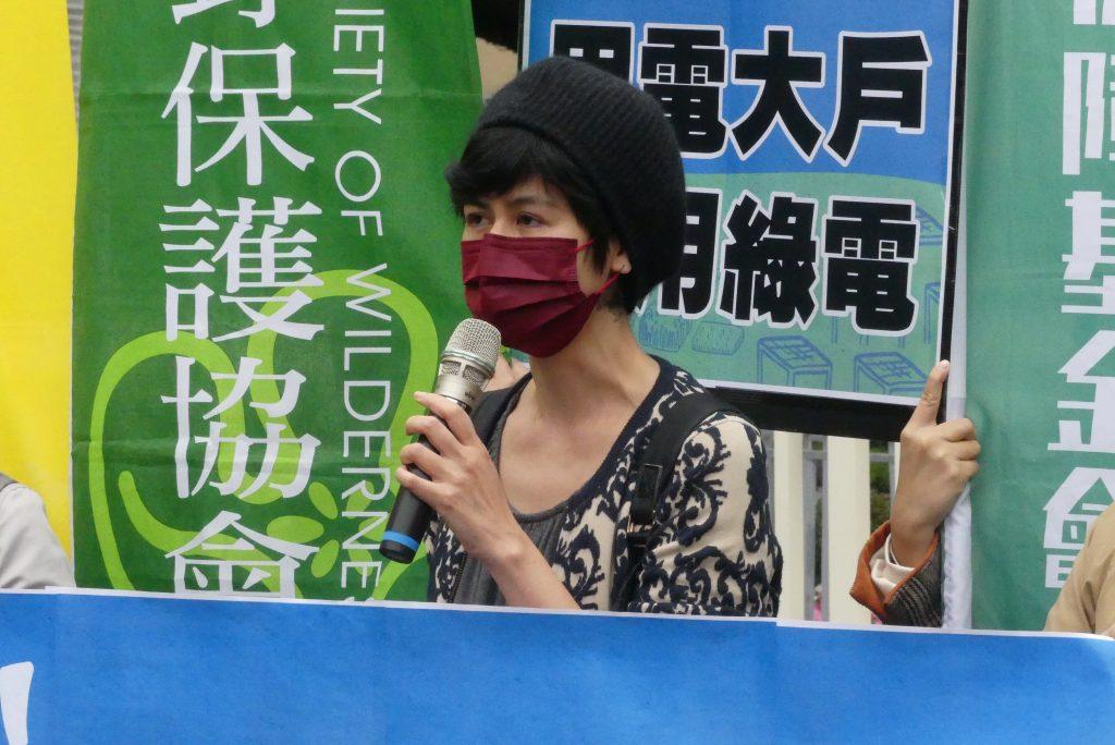 台灣環境規劃協會執行長陳郁屏指出,請政府優先推動屋頂型光電,提高目標。暫緩爭議案件,建立環社檢核審查機制。(照片來源:李宇恩攝)