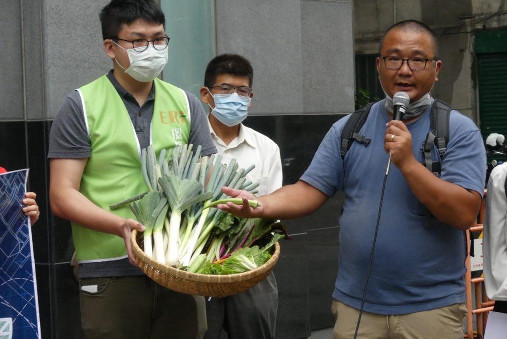 中崎永傳農場農民林曉佑指出,高雄中崎農場為台灣第一個公設有機專區,我們應該想想要留給下一代什麼的面貌,經濟發展和環境和農業不應該是一個零合賽局。