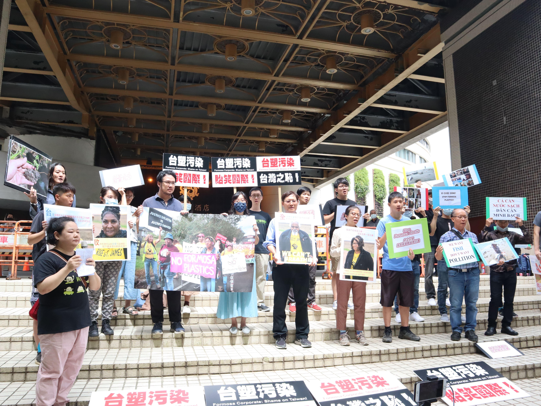 台、越、美民間團體齊呼「台塑污染,股東有責」、「Stop Formosa!」、「人命不分貴賤,終止台塑路易斯安那設廠計畫」、「台塑負起社會責任」,呼籲台塑集團回頭是岸,在路州設